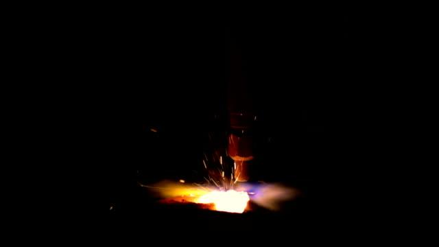 vídeos y material grabado en eventos de stock de atado de plasma sparks de corte - haz de luz