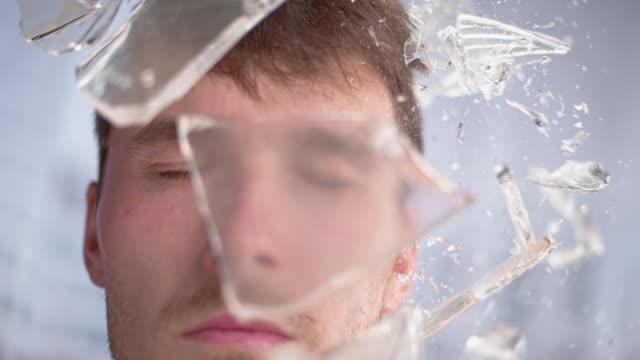 vidéos et rushes de slo mo ld feuille de verre frappant un homme sur la tête - irréductibilité