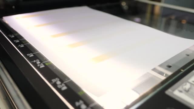 stockvideo's en b-roll-footage met vel papier dat wordt gescand op een scan-en kopieerapparaat - drukker
