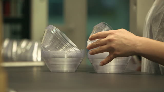 vidéos et rushes de sheet plastic is made into single-use products - fabriquer