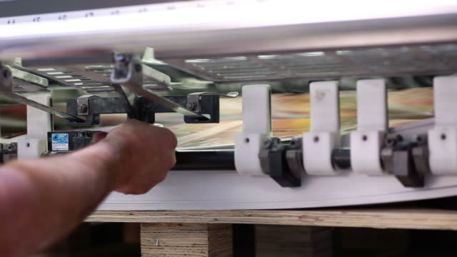 sheet pull. - pressa da stampa video stock e b–roll