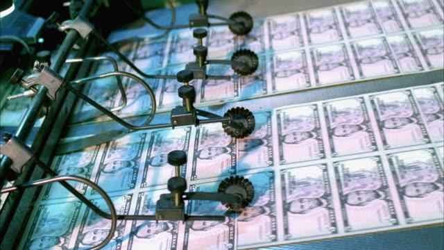stockvideo's en b-roll-footage met cu, sheets of american five dollar bills moving fast on conveyor, washington dc, usa - amerikaanse dollar