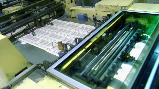 vídeos de stock e filmes b-roll de ms, sheets of american five dollar bills moving fast on conveyor, washington dc, usa - nota de cinco dólares dos estados unidos