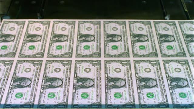 cu, sheets of american one dollar bills moving on diverter, washington dc, usa - us finanzministerium stock-videos und b-roll-filmmaterial