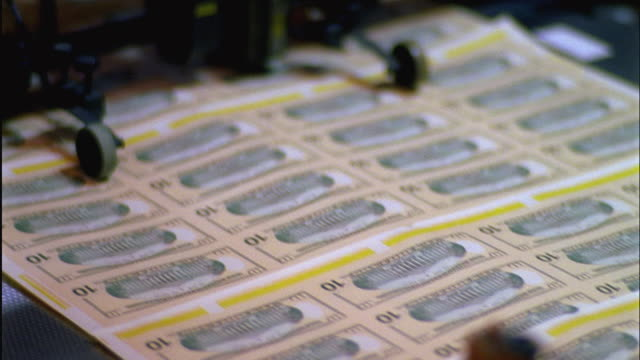 cu, selective focus, sheets of american ten dollar bills being printed, washington dc, usa - pressa da stampa video stock e b–roll