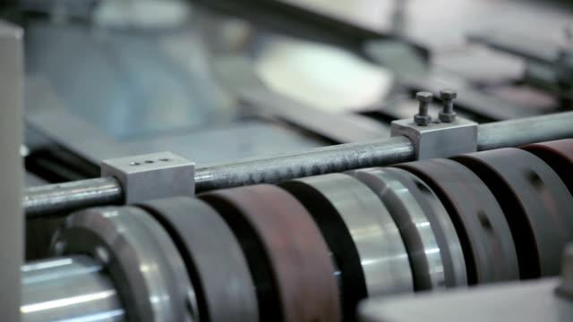 vidéos et rushes de feuilles de métal passez la machine - tôle