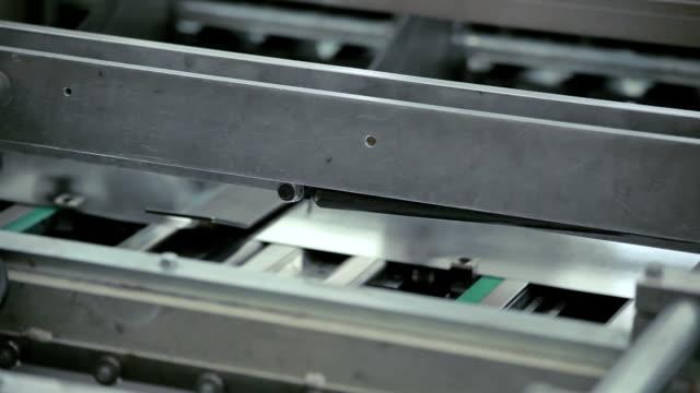 vidéos et rushes de draps soyeux de tin, en passant par la machine - tôle