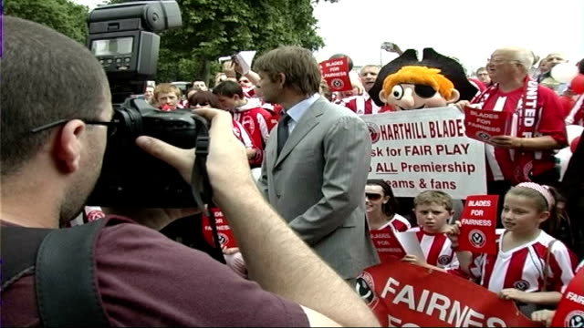 sheffield united protest west ham favouritism england london westminster houses of parliament ext sean bean posing for photocall with sheffield... - ウェストハム・ユナイテッドfc点の映像素材/bロール