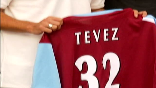 sheffield united to sue west ham over carlos tevez affair r05090605 carlos tevez holding up no32 shirt at time of his signing for west ham - ウェストハム・ユナイテッドfc点の映像素材/bロール