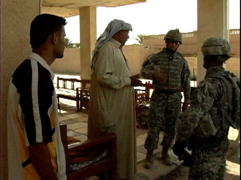 stockvideo's en b-roll-footage met sheik talking with us soldiers about concerned local citizens volunteer program / haswa, iraq / audio - hoofdtooi