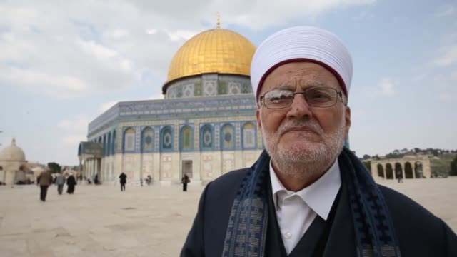 vídeos de stock e filmes b-roll de sheikh ekrima sabri head of the supreme islamic council and the former grand mufti of jerusalem and palestinian lawyer khaled zabarika speak to the... - domo