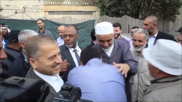 sheikh raed salah, the leader of islamic movement in the 1948 palestine, is seen with the palestinians supporting him after attending trial at the... - シャイフ点の映像素材/bロール