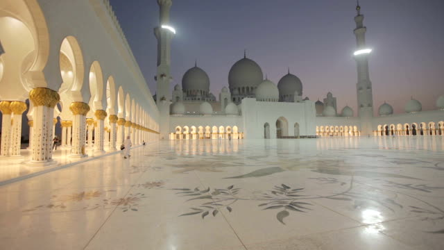 sheikh zayed grand mosque at night abu dhabi - moschea video stock e b–roll