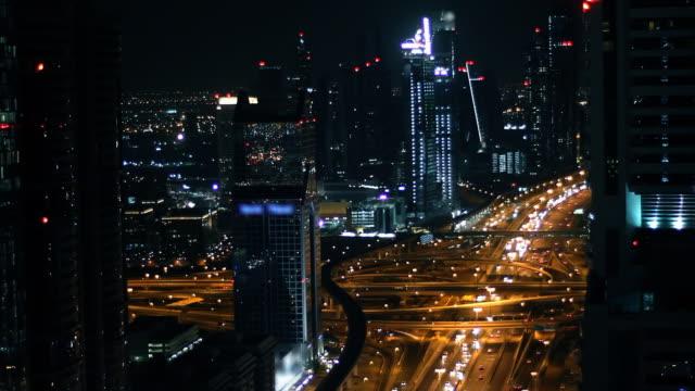 Sheikh Zayed Road, Dubai, der bei Nacht