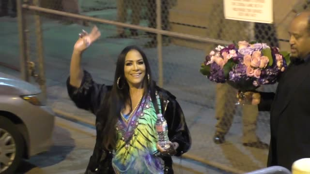 vídeos de stock, filmes e b-roll de sheila e arrives at jimmy kimmel live at el capitan theater in hollywood celebrity sightings on december 13 2017 in los angeles california - sheila e