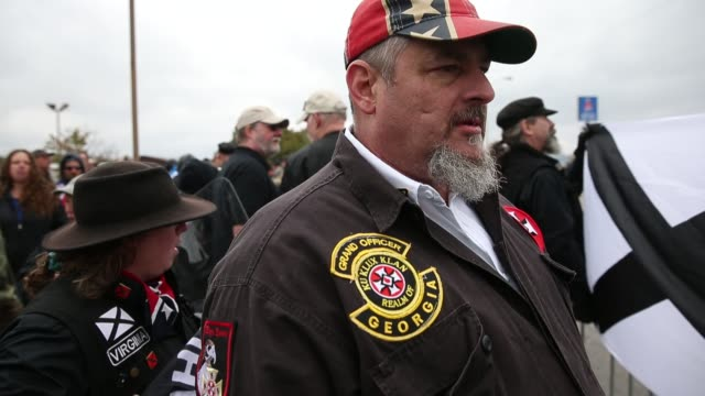 vídeos de stock, filmes e b-roll de a member of the georgia ku klux klan kkk wears insignia as white nationalist groups gather for a white lives matter rally in downtown shelbyville... - ku klux klan