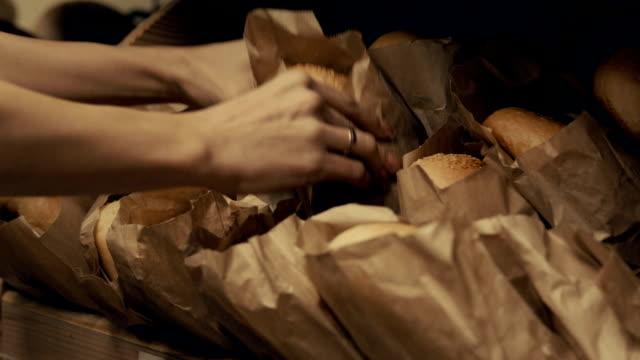 Schap met brood in paperbags in supermarkt