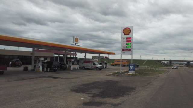 shell gas station opening for business in kansas, usa amid the 2020 global coronavirus pandemic - bensin bildbanksvideor och videomaterial från bakom kulisserna