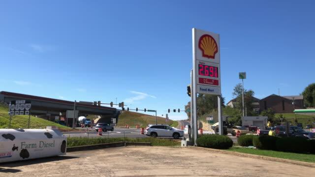 vídeos de stock, filmes e b-roll de shell gas station - indústria petrolífera