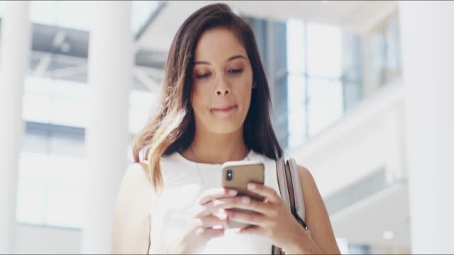 vidéos et rushes de elle ne laissera rien se tenir dans la voie de son succès - bring your own device