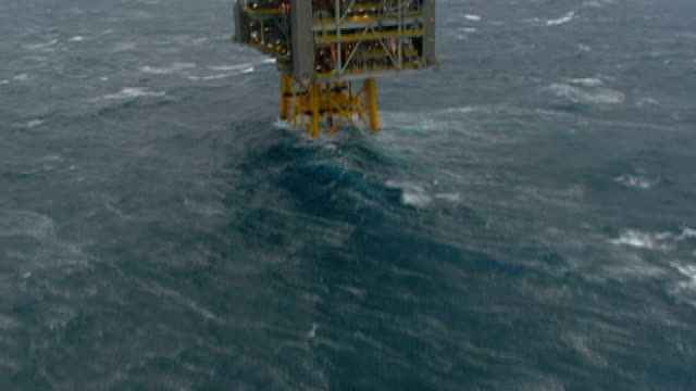 Shell oil to resume Arctic drilling LIB / T13101114 VIEW / AERIAL oil rig at sea