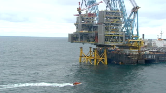 shell oil to resume arctic drilling; lib / t13101114 north sea: ext air views / aerials new oil platfrom under contruction - arctic stock videos & royalty-free footage