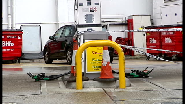shell petrol stations closed off by campaigners england london battersea ext reporter to camera various of greenpeace protesters chatting over... - バタシー点の映像素材/bロール