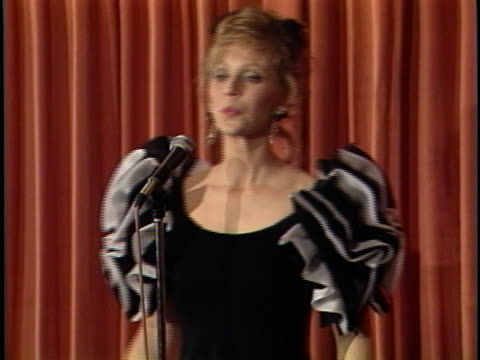 shelley long at the golden globes awards 1989 at beverly hilton. - lunghezza video stock e b–roll