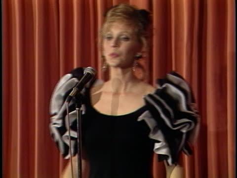 shelley long at the golden globes awards 1989 at beverly hilton. - 長さ点の映像素材/bロール