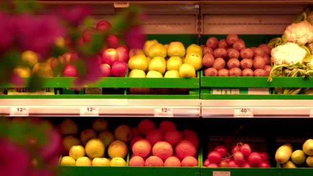 スーパー マーケットの果物の棚 - 生鮮食品コーナー点の映像素材/bロール