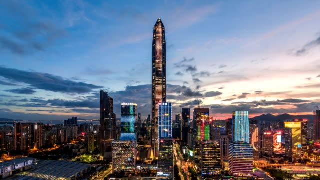 Shenzhen modernes Gebäude Skyline Zeitraffer von der Dämmerung zur Nacht/Shenzhen, China.
