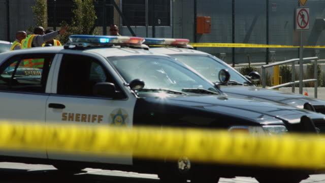 sheriffs and metro transit workers at crime scene - 犯行現場点の映像素材/bロール