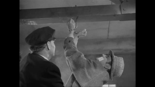 vídeos de stock e filmes b-roll de 1946 sherlock holmes (basil rathbone) escapes deadly gas and ceiling suspension - 1946