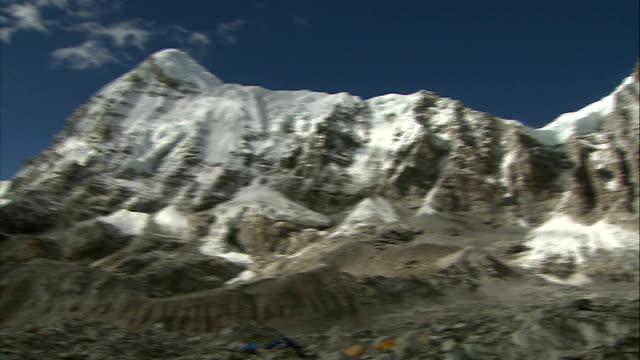 sherpa guides call strike over pay and insurance following mount everest avalanche deaths file date unknown himalayas ext various shots mount everest... - basläger bildbanksvideor och videomaterial från bakom kulisserna