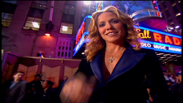 sheryl crow arriving at the arriving to the 2002 mtv video music awards red carpet - mtv1 stock-videos und b-roll-filmmaterial