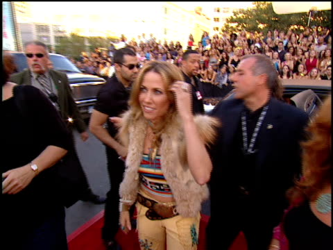 sheryl crow arriving to the 2001 mtv video music awards red carpet - 2001 bildbanksvideor och videomaterial från bakom kulisserna