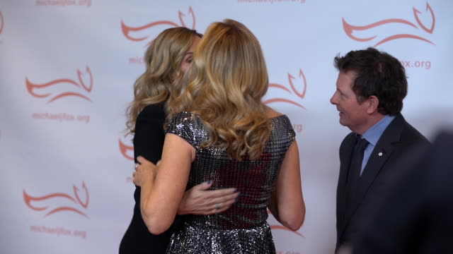 stockvideo's en b-roll-footage met sheryl crow, tracy pollan, and michael j. fox at the 2019 a funny thing happened on the way to cure parkinson's at the hilton new york on november... - tracy pollan