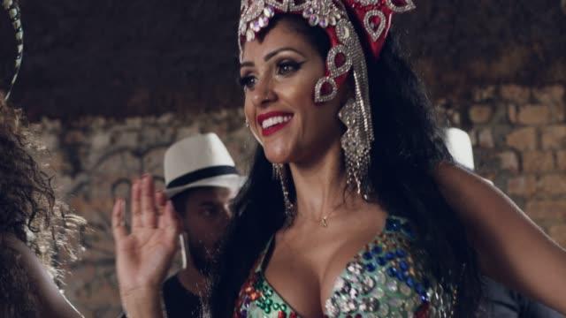 vídeos de stock e filmes b-roll de she's a dancing beauty - cultura latino americana