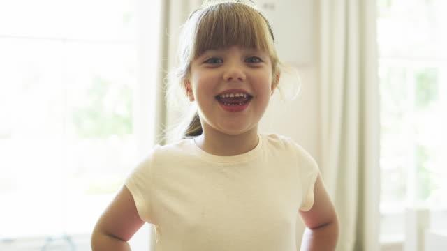 vidéos et rushes de c'est une petite fille heureuse et confiante. - tirer la langue