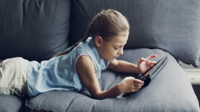 vídeos y material grabado en eventos de stock de es una tecnología inteligente niña - sofá