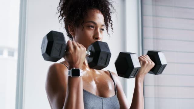 vídeos de stock, filmes e b-roll de ela é toda sobre aptidão - exercício físico