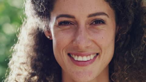 hon är en helt naturlig kinda kvinna - le bildbanksvideor och videomaterial från bakom kulisserna