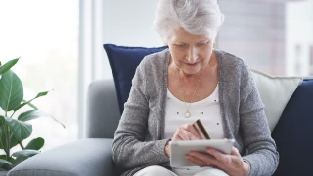 vídeos y material grabado en eventos de stock de ella ha estado enganchada desde que descubrió la facilidad de las compras en línea - pago por móvil