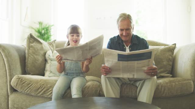 hon är clued upp som hennes stora pappa - tidning bildbanksvideor och videomaterial från bakom kulisserna