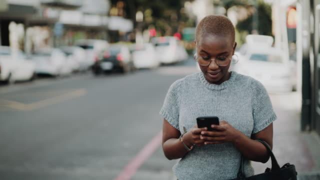 vidéos et rushes de elle est connectée et fait des mouvements dans la ville - être en mouvement