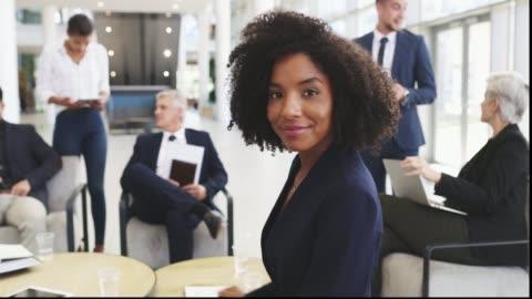 vidéos et rushes de elle est partout où le succès est dans la fabrication - motivation