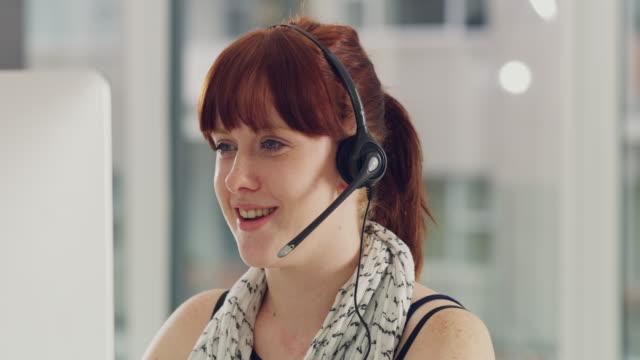 stockvideo's en b-roll-footage met she's got uitzonderlijke communicatievaardigheden - secretaris