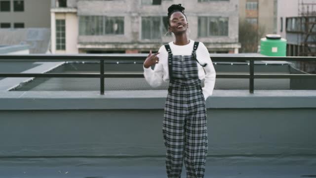 vídeos de stock, filmes e b-roll de ela tem a jogada mais legal da cidade. - vida urbana