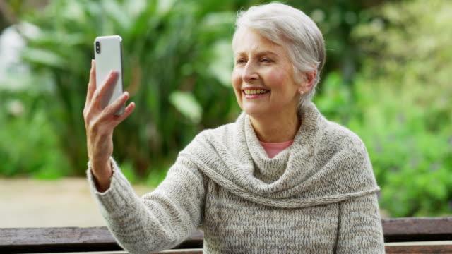 vídeos y material grabado en eventos de stock de ella tiene la caída de esta cosa selfie - mujeres maduras