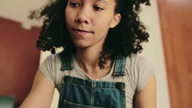 vidéos et rushes de elle est dans sa zone de confort. - poterie